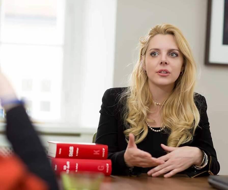 Rechtsanwaeltin Mag. Larissa Weingaertner-Bei einem Meeting mit Frau