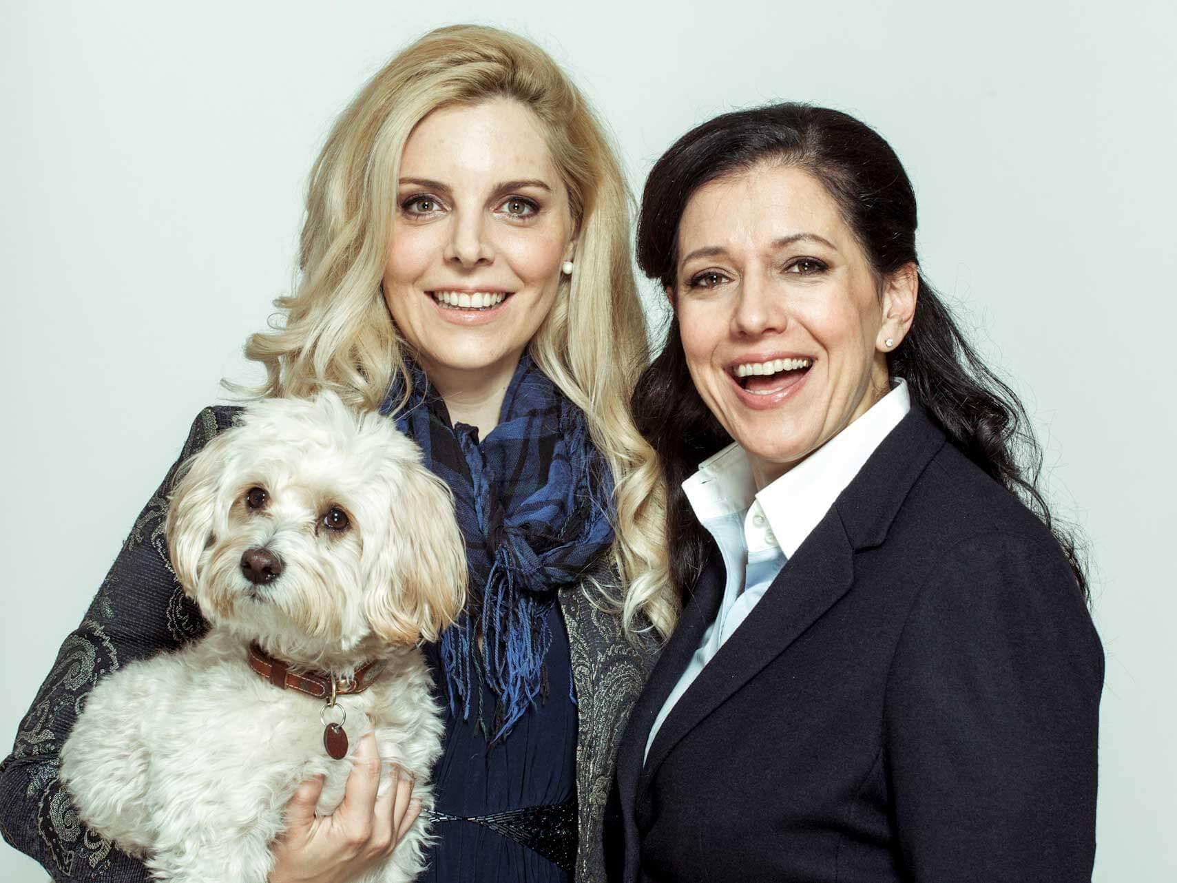 Rechtsanwältinnen Dr. Kristina Venturini und Mag. Larissa Weingärtner - Frauen mit Hund am Arm